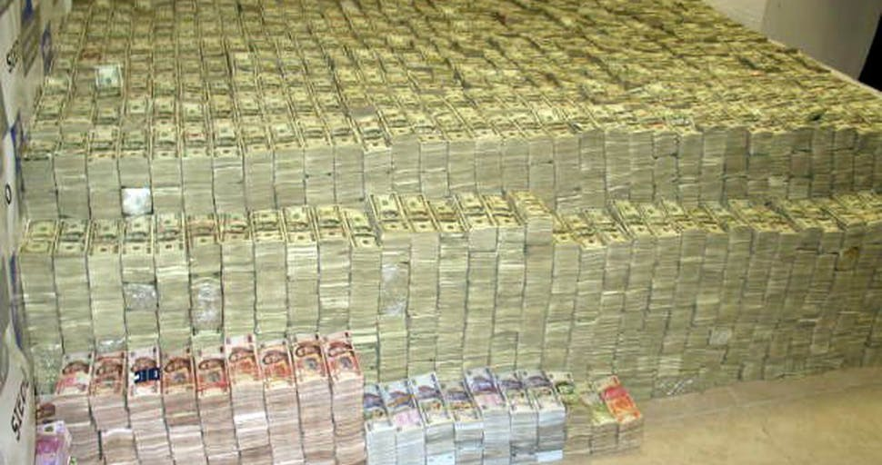 can you guess how much cash is in this drug dealer 39 s stack financebuzz. Black Bedroom Furniture Sets. Home Design Ideas